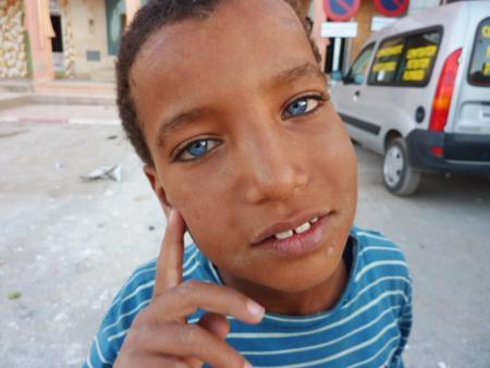 4327 petit marocain aux yeux bleus sourd et muet par